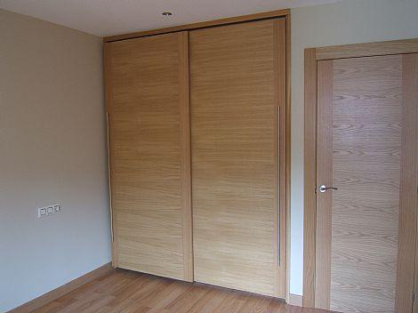 Armario armario con puerta corredera y herraje oculto for Herraje puerta corredera colgada